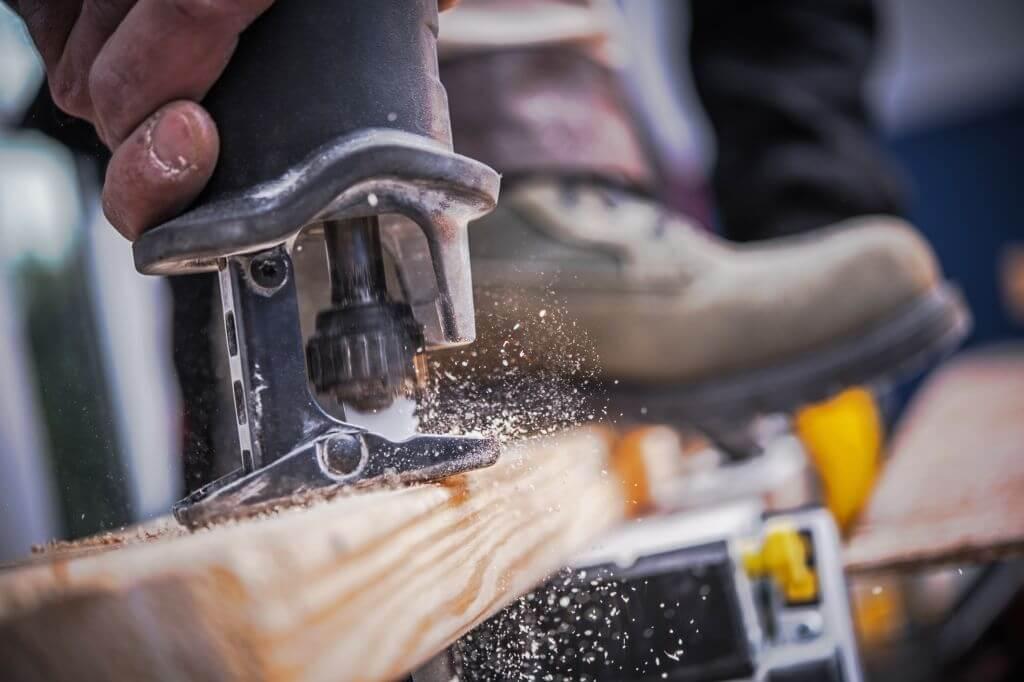 Reciprocating saw blade shoe